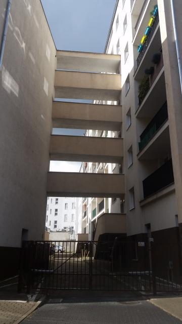 Budynki połączone galeryjkami