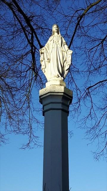 Przydrożna kapliczka słupowa Matki Boskiej